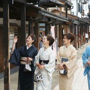 women wandering Shiozawa-machi wearing kimonos