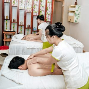 couple getting massage in samrosa spa