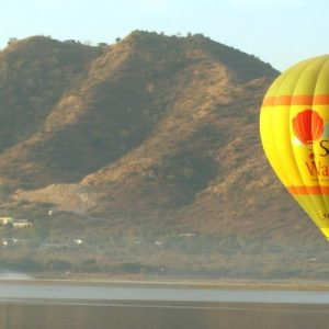 jaipur mountains and a hot air balloon