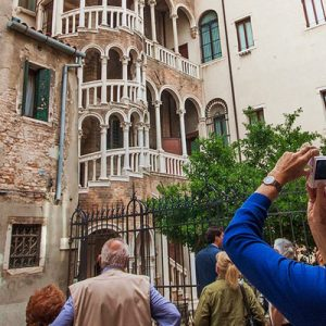scala del bovolo and tourists outside it
