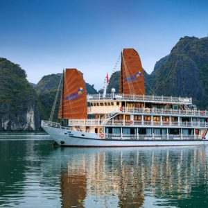 boat cruise along halong bay