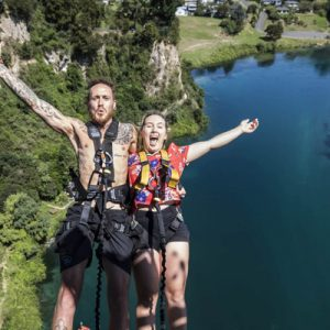 couple bungy jumping