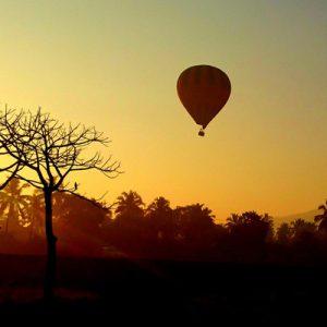 果阿清晨热气球飞行