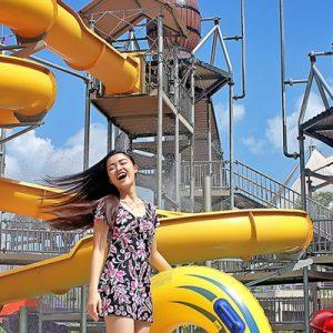 站在日惹湾水上乐园滑梯旁的女人