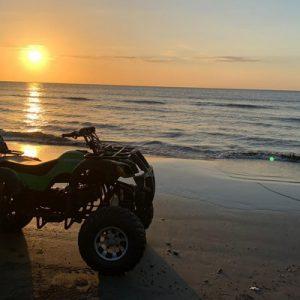 海滩上的ATV越野车